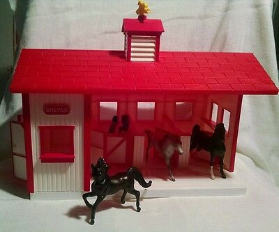 Breyer Horse Barn With 4 Horses