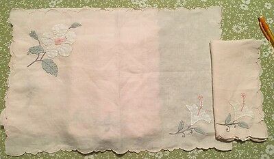 4 Placemats 3 Napkins With Pink Scolloped Embroidered & Appliqué Flowers