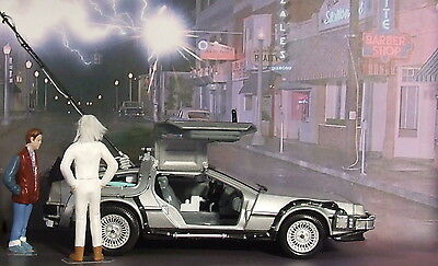 2D Diorama + 1983 Delorean Back To The Future die cast model car 1/24 Collect.