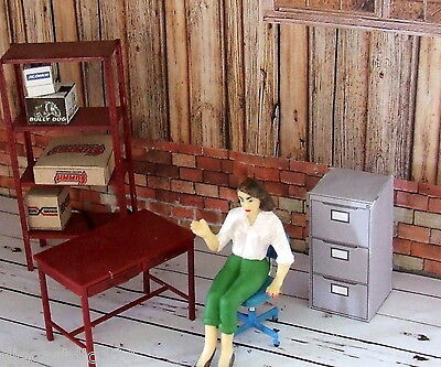 Table, shelving, boxes, office chair, figure + 10 posters 1/24 diorama garage