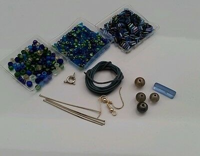 Bead kit with glass beads in blue tones