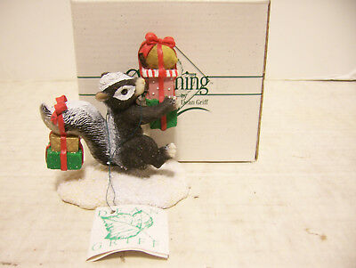 """Charming Tails Christmas Figurine By Dean Griff """"bearing Gifts"""""""