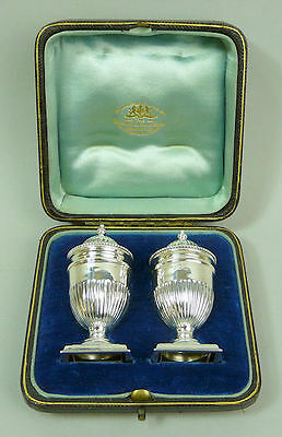 Edwardian Cased Pair Of Silver Pepperettes - Goldsmiths & Silversmiths - 60 G