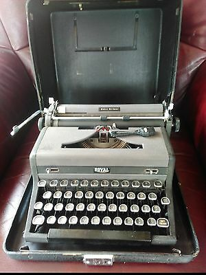 "VINTAGE ROYAL""Quiet Deluxe"" TYPEWRITER,Original Flight Case and Cleaning Brush"