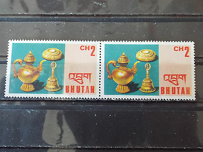 Paire 2 timbres neuf Bhoutan : Objets d'art du Bouthan