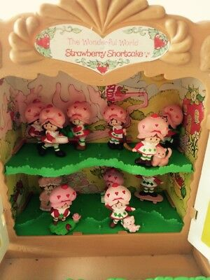 Strawberry Shortcake vintage Display Case Cabinet w 11 figures nearly complete