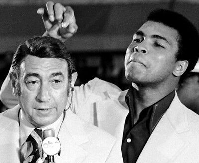 Muhammad Ali UNSIGNED photo - K3277 - Jokes about Howard Cosell and his toupee
