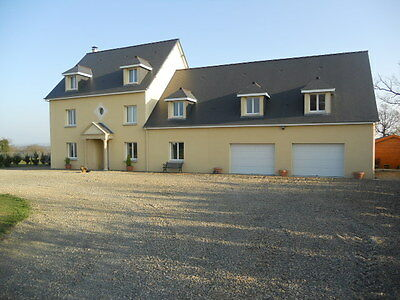 Contemporary 400m2 property with independent 2 bed apartment, land and warehouse