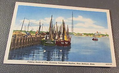 Old Postcard<<NEW BEDFORD, MASSACHUSETTS >>{FISHING BOATS AT THE PIER}