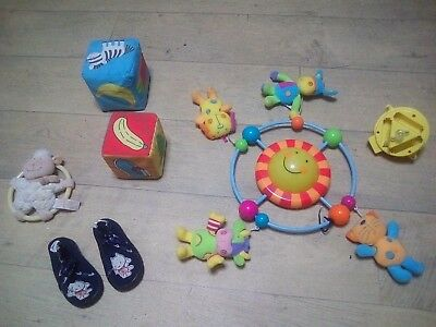 Lot articles bébé Mobile musical + Jouet + Pantoufles 19