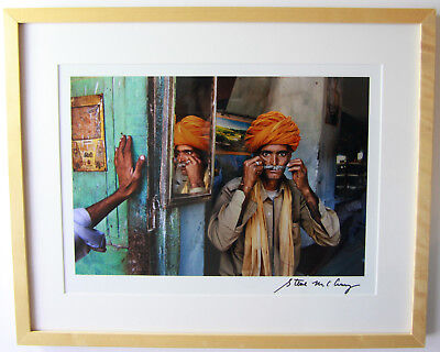 Steve McCurry, signed Photo/ signiertes Foto XL, Indian Barber, framed