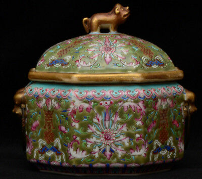 A good quality Chinese old porcelain lidded pot / tureen with 2 compartments