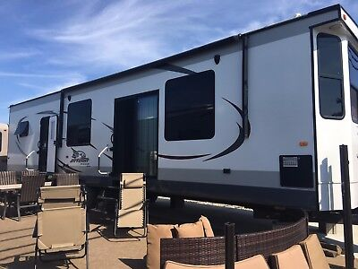 2015 Jayco 40' Jayflight Bungalow with 3 slideouts / 4+ years extended warranty