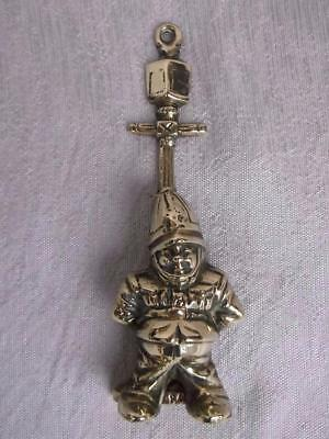 529 / A 1940s ENGLISH POLICEMAN ( BOBBY ) BRASS DOOR KNOCKER . REG No 840637