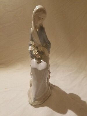 Lladro #4972 Girl Sitting with Lillies w/ Original Box 9.25""