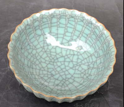 chinese porcelain  Cracks in blue and white  lace  The tribute bowl