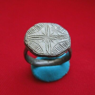 Beautiful HIGH QUALITY Ancient ROMAN bronze ring - SILVERED . circa 250 AD.