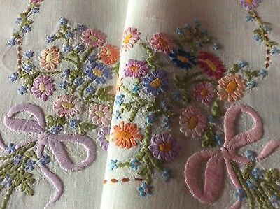 Gorgeous Vintage Linen Hand Embroidered Tablecloth ~ Daisy Posies/chains