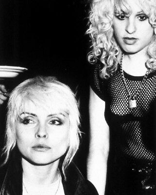 Debbie Harry & Nancy Spungen UNSIGNED photo - L2960 - In 1978 - NEW IMAGE!!!!
