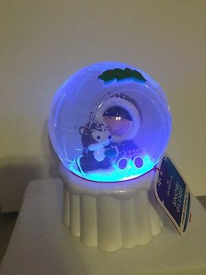 Hallmark: Frosty Friends - Igloo Snow Globe - Light and Magic Snow - 2017