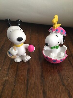 Vintage PEANUTS Rubber FIGURINES with SNOOPY GETTING READY FOR EASTER Lot of 2