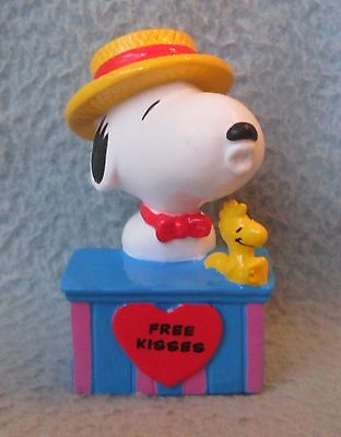 """SNOOPY FREE KISSES BOOTH 2.5"""" PVC FIGURE, Peanuts, Charlie Brown"""