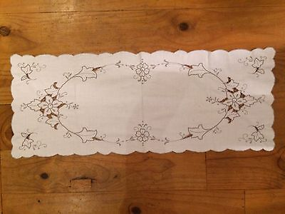 """VINTAGE 32"""" x 12 1/2"""" = 810mm x 320mm OFF WHITE GREY SCALLOP EDGE TABLE RUNNER"""