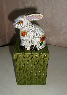 Cloisonné Hase Osterhase weiss Emaille auf Holzsockel in OVP