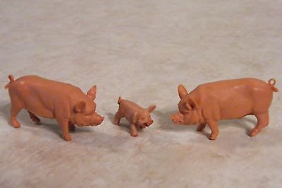 Vtg 3 mini PLASTIC PIGS Dad Mom Baby DOLLHOUSE FAIRY GARDEN ENGLAND BRITAINS LTD