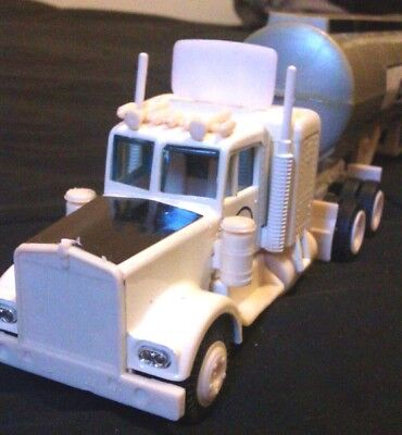 Vintage1980 CALTEX OIL TANKER Die cast Semi Truck.Mint in Box.Made by Yatming,.