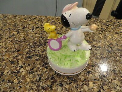 Snoopy Peanuts Charlie Brown Aviva Ceramic Music Box Figure Figurine 1982