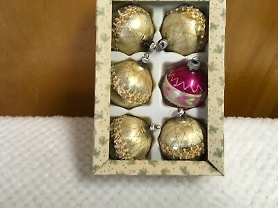 6 Christmas Balls, 5 of Which are Matching