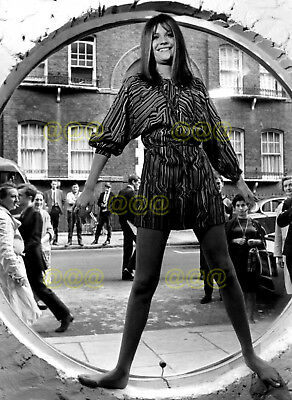 Photo - Sandie Shaw promotes her range of clothes in 1967