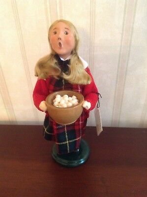 2006 Byers Choice Caroler Christmas Traditions Girl With Bowl of Popcorn