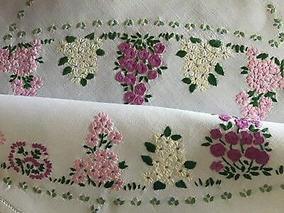 Beautiful Vintage Linen Hand Embroidered Tablecloth ~ Floral Circle