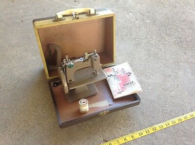 Vintage CHILDS SINGER SEWHANDY MODEL 20 SEWING MACHINE n Case w/ HOW TO USE Book
