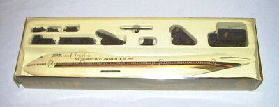 SINGAPORE AIRLINES Megatop B747-400 Model w/Runway Vehicles (15-Pcs) ~ Holland