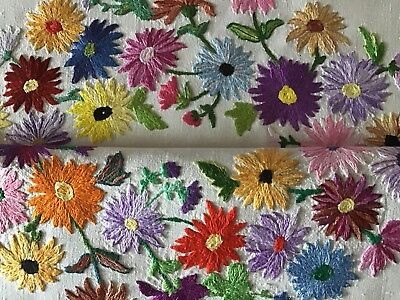 Gorgeous Vintage Linen Hand Embroidered Tablecloth ~ Beautiful Floral Circle