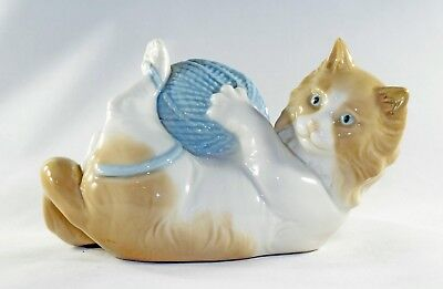 Lladro NAO Cat with Yarn Ball - Retired - Mint Condition - No Box