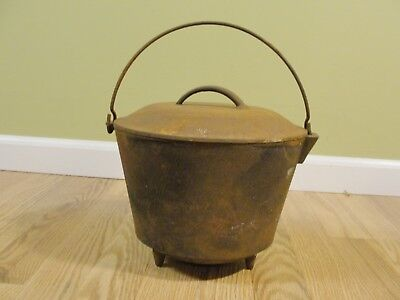 Vintage signed DH No. 7  Cast Iron 3-Legged Kettle, Bean Pot with lid Rusty