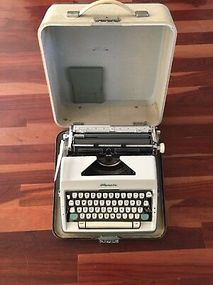 Olympia De Luxe SM-9 Green Typewriter 1964, With Case.