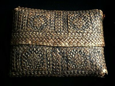 Superb late 18th to early 19th century Ceylonese woven cane Betal Nut pouch case