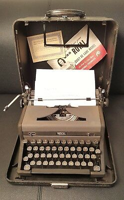 Vintage Royal Portable Quiet Deluxe (De Luxe) Typewriter W/Case - works good