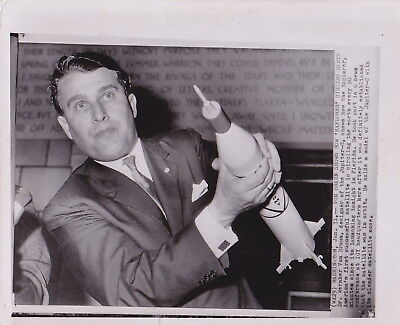 WERNHER VON BRAUN Holding JUPITER-C ROCKET * Iconic VINTAGE 1970 Press Photo