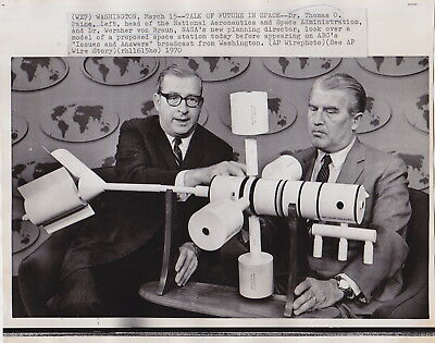 WERNHER VON BRAUN Reviewing a SPACE STATION * Iconic VINTAGE 1970 Press Photo
