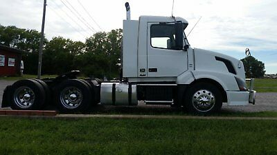 2012 Volvo VNL D13 I-shift Automatic 12 speed New Tires New motor Daycab