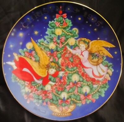 """1995 Avon """"Trimming The Tree"""" Collector's Plate Trimmed With 22K Gold"""