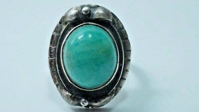 G920 Vintage Sterling Native American Green Gemstone Ring size: 5.25 Cut Shank
