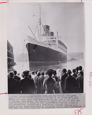 SS QUEEN MARY Docks No Tugboats NYC * Rare VINTAGE 1962 OCEAN LINERS press photo