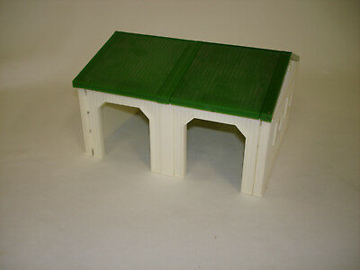 1/64 Ertl White And Green Cattle Shed Building Toy